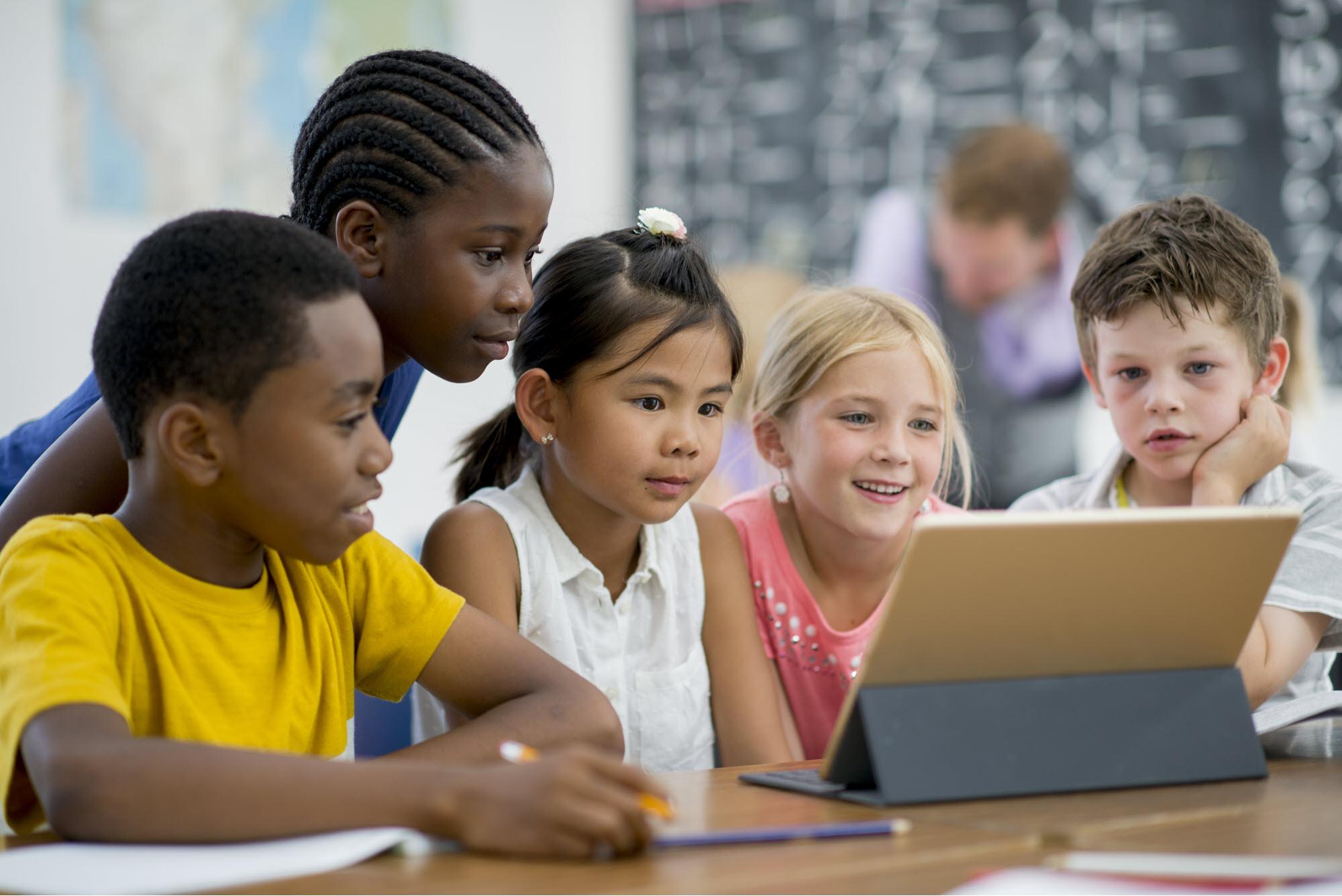 escuela primaria estudiantes estudiando