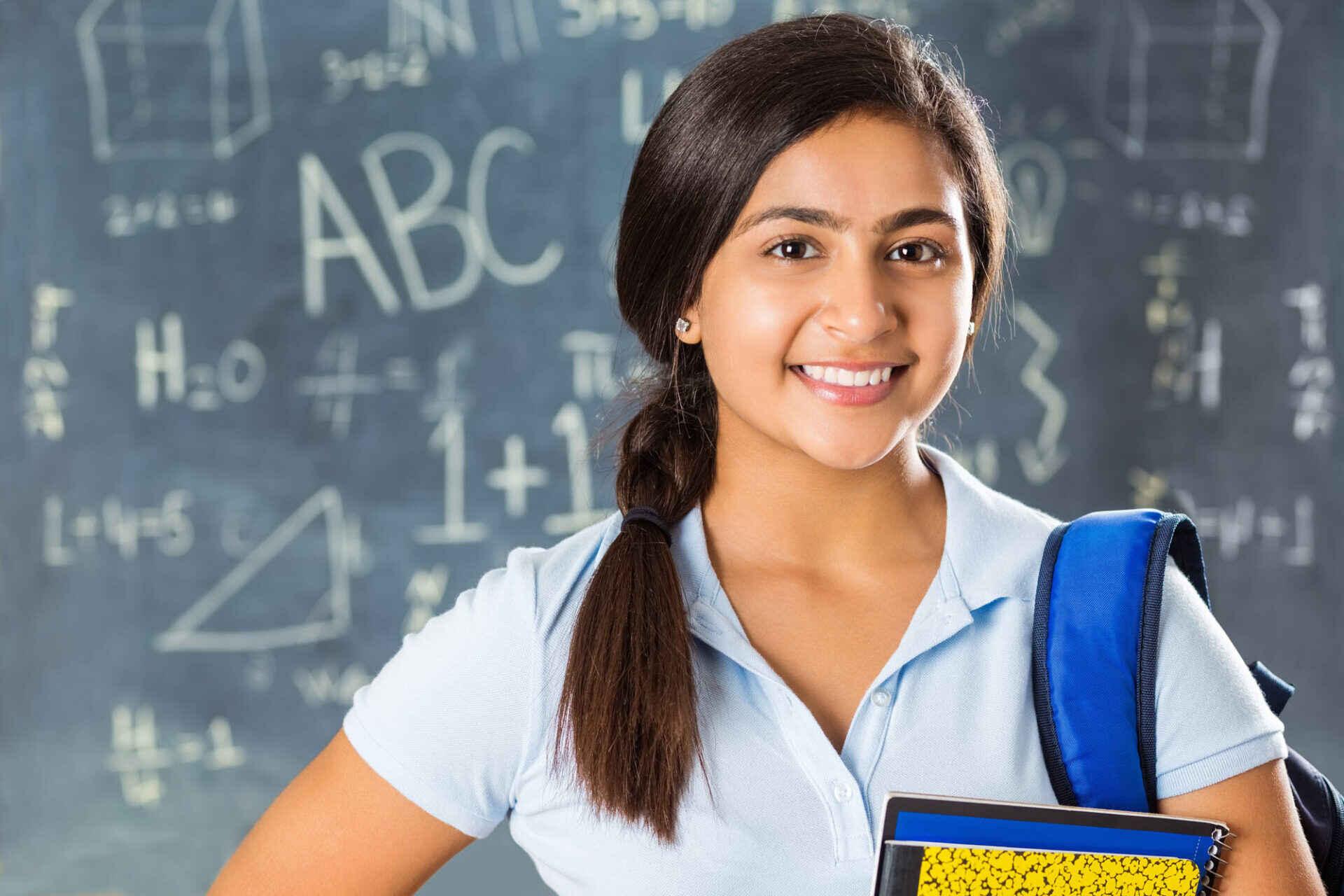 estudiante femenina sonriente